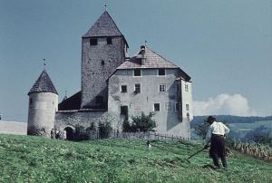 Das Schloss Thurn in Südtirol in den 1960er Jahren
