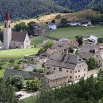 Blick auf die Anlage im Dorfbild. Foto von Oliver Abels (SBT) - Eigenes Werk, CC BY-SA 3.0 de