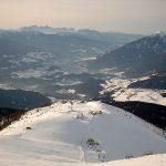 Blick vom Gitschberg mit Skigebiet Gitschberg, Streudorf Meransen und der Stadt Brixen im Eisacktal. Gegenüber sind die Dolomiten mit der Seiser Alm und dem Schlern. Foto von Marc28 - Eigenes Werk, CC BY-SA 3.0